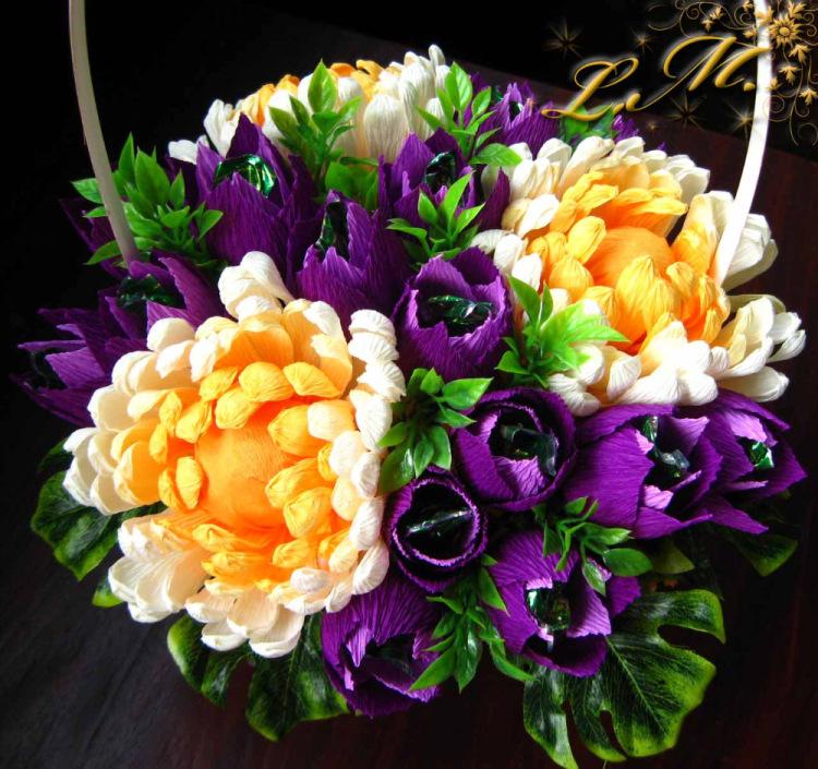 Хризантема из гофрированной бумаги с конфетами